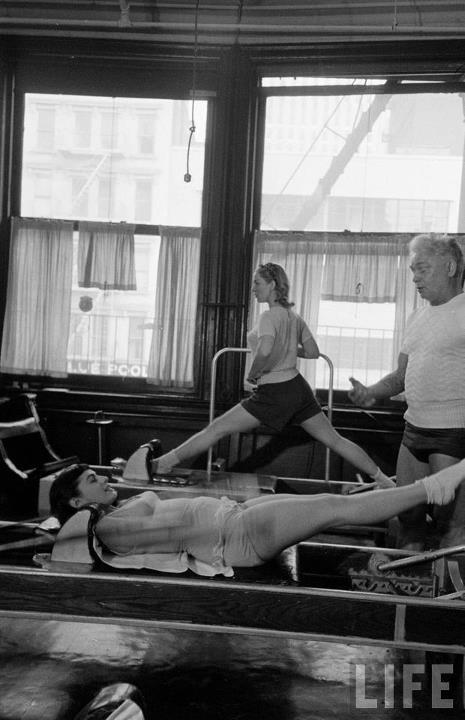 Joseph pilates ensinando o Hundred no reformer a uma aluna em seu Studio em Nova York. Fonte: Revista LIFE.